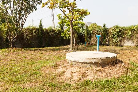 ondergrondse cement cilinder van toilet beerput in gazon yard