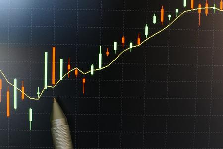 pen te wijzen op de handel grafiek op het computerscherm