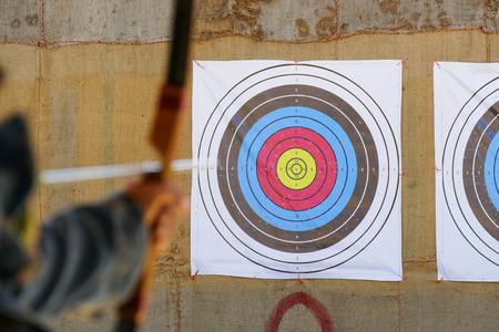 flecha: arquero apunta la flecha del arco al blanco Foto de archivo