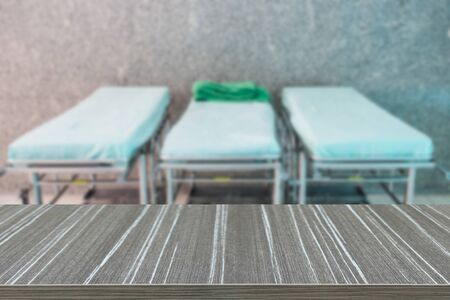 paciente en camilla: camilla camilla para el paciente en el hospital (desenfoque de fondo y mesa de madera para la visualizaci�n de su producto)