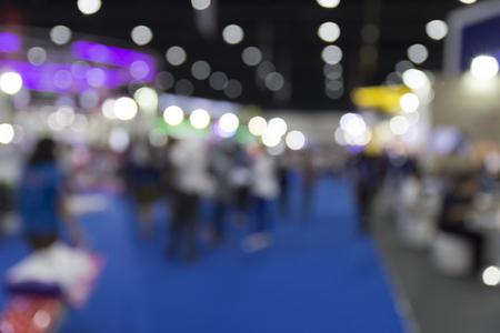 mensen in tradeshow tentoonstellingszaal gebouw, wazige achtergrond Stockfoto