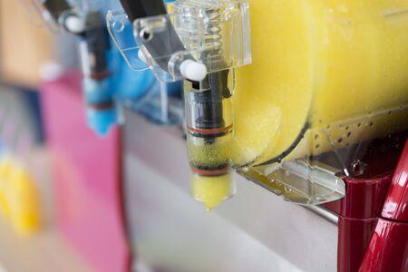 granizados: granizado de hielo m�quina de zumo de fruta equipos bebida fr�a, enfoque selectivo