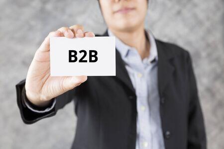 b2b: hombre de negocios que muestra la tarjeta de visita con B2B palabra Foto de archivo