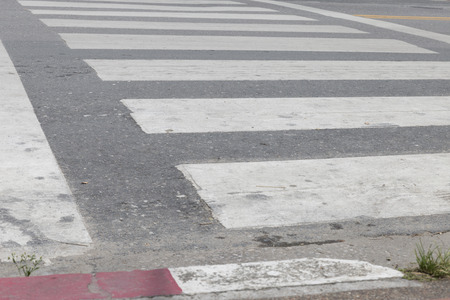 crosswalk: pasarela cebra cruce de peatones en una calle de ruta