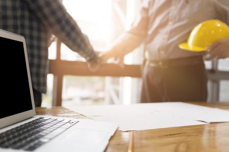 architect ingenieur handen schudden naast venster - zakelijke teamwork, samenwerking, succes samenwerking begrip