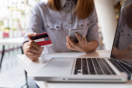 jonge vrouw, handen, vasthouden, kredietkaart, en, gebruik, cel, slimme telefoon, voor, online, shoppen, of, rapportage, verloren kaart, frauduleus, transactie Stockfoto