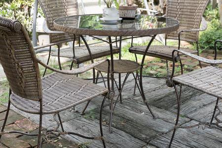 Bruine rieten rotan stoel en tafel op de patio in de tuin