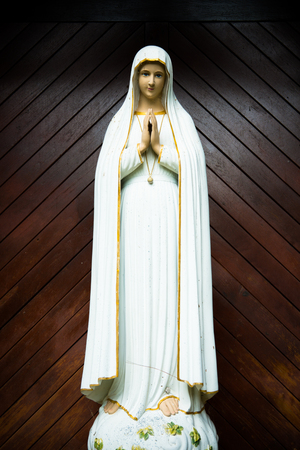 praying virgin mary statue. holy woman sculpture in roman catholic church. our lady image 스톡 콘텐츠