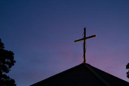 silhouet kruis op kerkdak met hemel in de ochtend