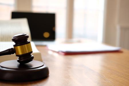 młotek sędziego prawnego i książka prawnicza na sali sądowej. prawnik prawnik miejsce pracy