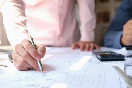 Architekten-Ingenieur-Team, das an Hausplan eines Immobilienprojekts am Arbeitsplatz arbeitet. Hochbau-Teamwork-Konzept