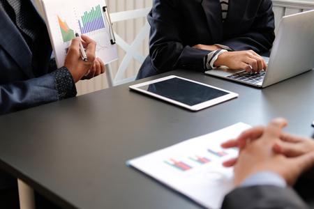 asesor financiero discutiendo con inversionista. la gente de negocios tiene una reunión. empresario trabajando en un proyecto de inicio con el equipo de compañeros de trabajo. Foto de archivo