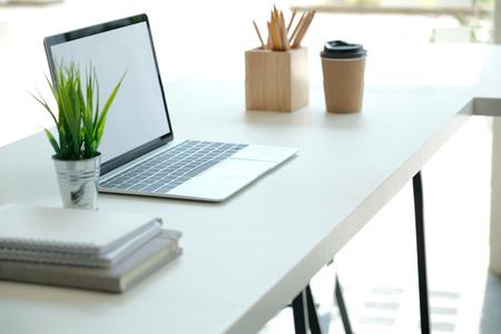 komputer tablet ołówek filiżanka kawy na biurku. wnętrze przestrzeni co-workingowej w miejscu pracy