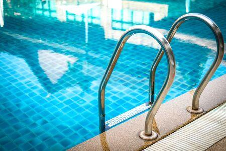 Mango de acero metálico en el borde junto a la piscina de la piscina en el hotel resort Foto de archivo