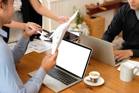 La empresaria ejecutiva asesorando analizando discutir el proyecto empresarial con el equipo de colaboradores