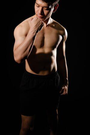 Porträt eines athletischen, muskulösen Bodybuilder-Mannes mit Rumpf-Sixpack-Bauchmuskeln. Fitness-Workout-Konzept Standard-Bild