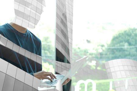 pigiste de démarrage travaillant avec un ordinateur au bureau. homme entrepreneur analysant les données sur le lieu de travail. étudiant qui étudie en train de faire un devoir