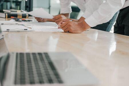 expérience utilisateur concepteur UX concevant le Web sur la disposition de téléphone intelligent. Application mobile de planification d'interface utilisateur. travail de développeur avec prototype d'entreprise