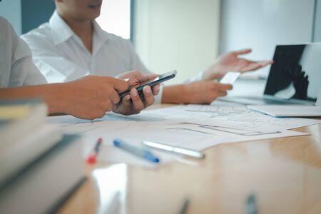 Benutzererfahrung UX-Designer, der Web auf Smartphone-Layout entwirft. UI-Planung mobile Anwendung. Entwickler arbeiten mit Geschäftsprototyp