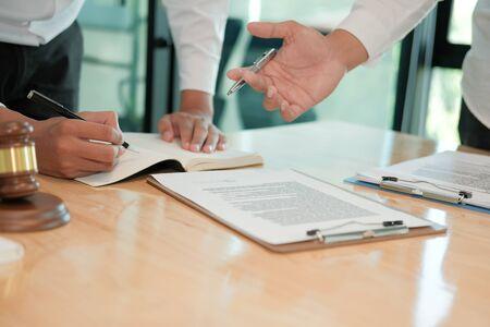 advocaat die advies geeft aan een man. zakenman die juridische wetgeving bespreekt bij advocatenkantoor. rechter teamvergadering in rechtszaal