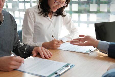 Paar kaufen Miethaus Auto Unterzeichnung Hypothekenversicherung Kaufvertrag mit Makler Immobilienmakler. Architekt Designer schließen Umgang mit Kunden
