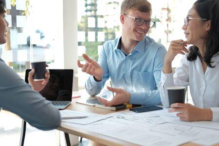 Benutzererfahrung UX-Designer, der Web auf Smartphone-Layout entwirft. UI-Planung mobile Anwendung. Entwickler arbeiten mit Geschäftsprototyp Standard-Bild