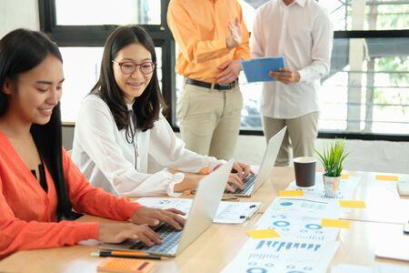 Geschäftsleute diskutieren über Leistungseinnahmen in Meetings. geschäftsmann, der mit mitarbeiterteam arbeitet. Finanzberater, der Daten mit dem Investor analysiert. Standard-Bild