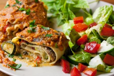 Veganistische lasagna's rollen met een gezonde salade