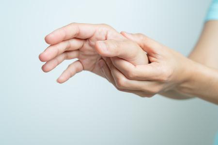Frau Handgelenk Arm Schmerzen. Office-Syndrom Gesundheitswesen und Medizin Konzept