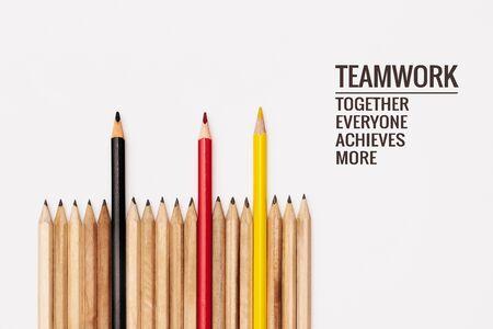 Teamwork-Konzept. Gruppe von Bleistift auf weißem Hintergrund mit Wort Teamwork, Together, Everybody, Achieves und mehr Standard-Bild