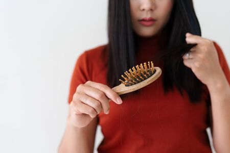 cheveux longs sur femme brosse avec et femme regardant ses cheveux