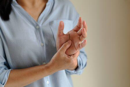 douleur au bras de la femme qui travaille longtemps. concept de soins de santé et de médecine du syndrome de bureau Banque d'images