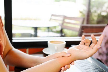 femme poignet main bras douleur longue utilisation souris travail. syndrome de bureau concept de soins de santé et de médecine