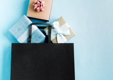 Black Friday sale, black shopping bag with gift box for online shopping 版權商用圖片
