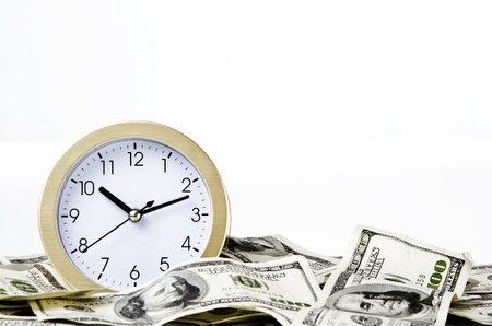 despertador: Close-up de tiempo y dinero con fondo blanco Foto de archivo