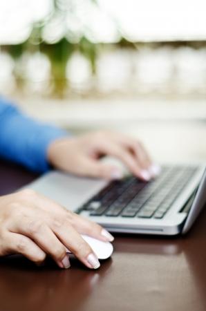 trabajando duro: persona de negocios trabajando duro en la computadora port�til