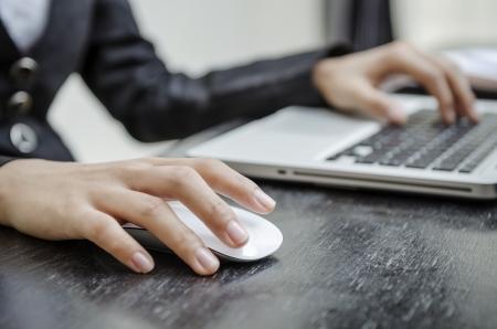 ノート パソコンのマウスを保持しています。 写真素材