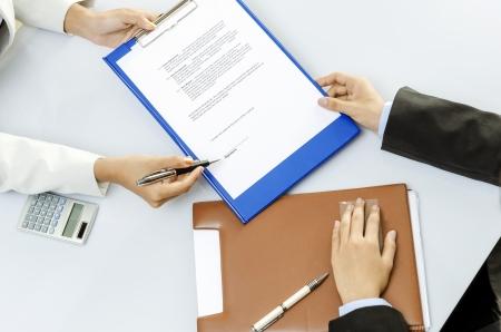 Personne d'affaires sur le point de signer le contrat