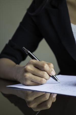 mujeres negras: primer plano de la mano de mujer de firmar un contrato Foto de archivo