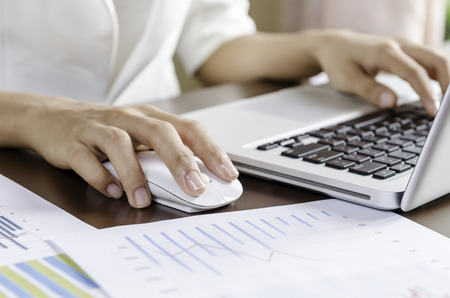 myszy: Kobieta za pomocą myszki pracy na komputerze