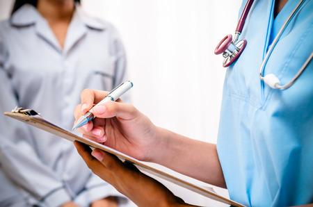 gezondheid: chirurg schrijven patiënten record na onderzoeken gezondheid