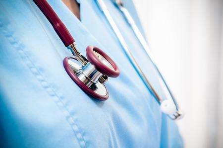 fermer de médecins uniforme bleu et le stéthoscope Banque d'images
