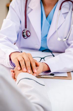 portrait du conseil de médecin et le patient applaudir