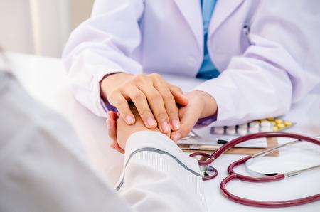 gezondheid: vooraanzicht van arts raadplegen en gejuich patiënt