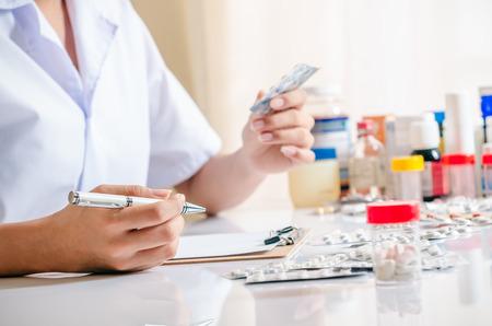 medicamento: cerca de medicamentos, drogas y farmacéutico