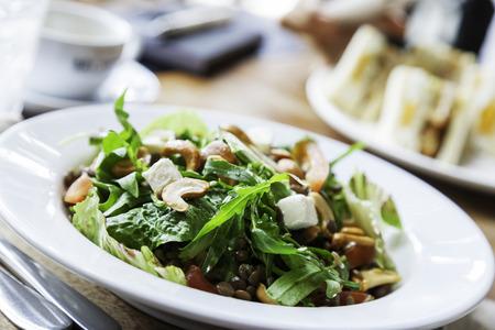 plato de comida: Cerca de ensalada de verduras y nueces de anacardo en los alimentos plato.