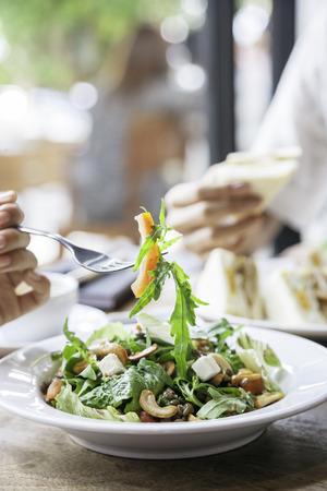 salad in plate: dos personas que tienen una reuni�n de negocios durante el almuerzo