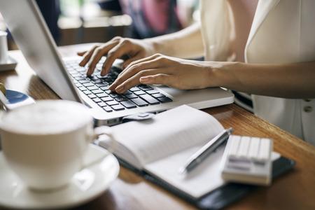 mecanografía: documento escribiendo periodista en una cafetería