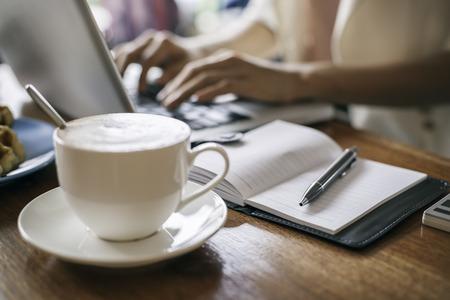 vrouw werkt op een laptop in een coffeeshop Stockfoto