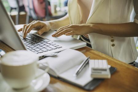 Femme tapant le document sur un ordinateur portable dans le café Banque d'images - 43281843